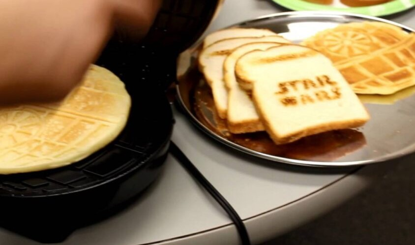 Make Fun meals with Uncanny Brands Star Wars Darth Vader Empire Toaster